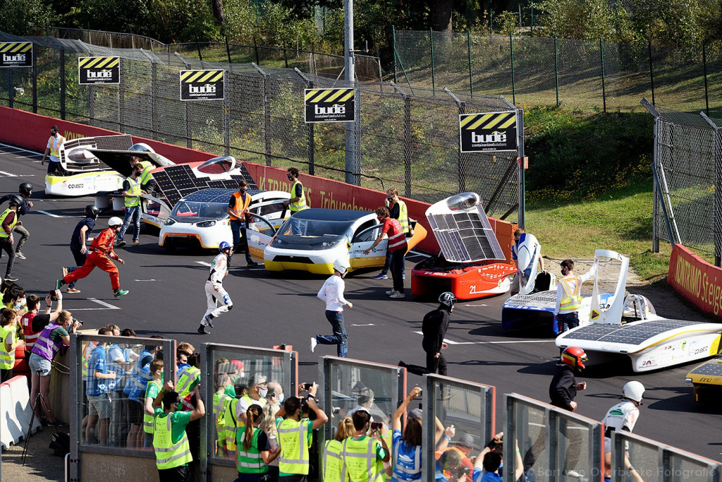 Le-Mans styled start for the 24-hours of the iLumen European Solar Challenge (photo by Bart van Overbeeke)